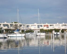 location marina port camargue avec 2 chambres et appontement. Black Bedroom Furniture Sets. Home Design Ideas